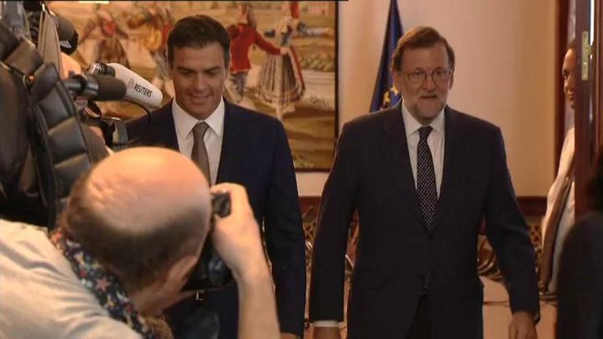 Sánchez reitera a Rajoy su no en una breve charla