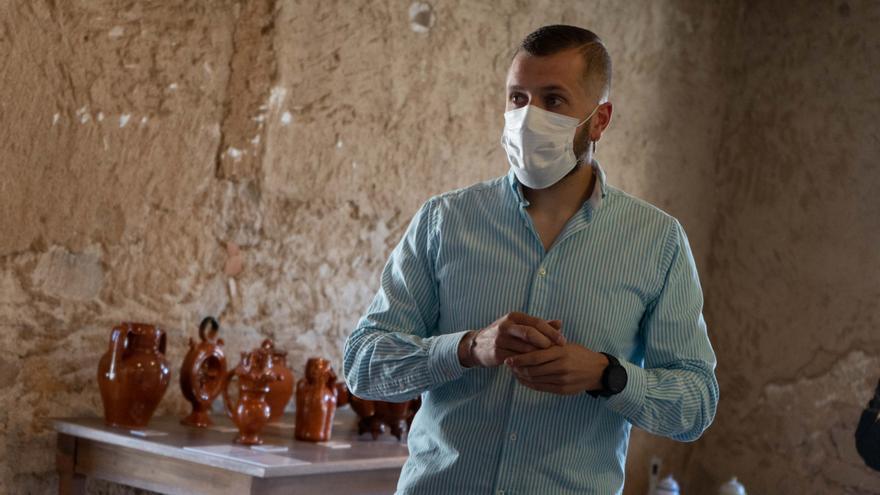 El director del Centro del Barro de Pereruela da una charla en Zamora