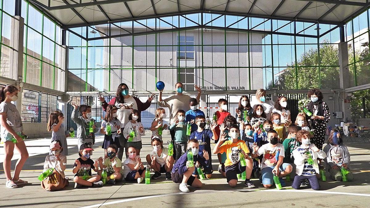 Alumnos del programa municipal 'Concilia Verano', en el colegio Irmáns Villar.     // FERNANDO CASANOVA