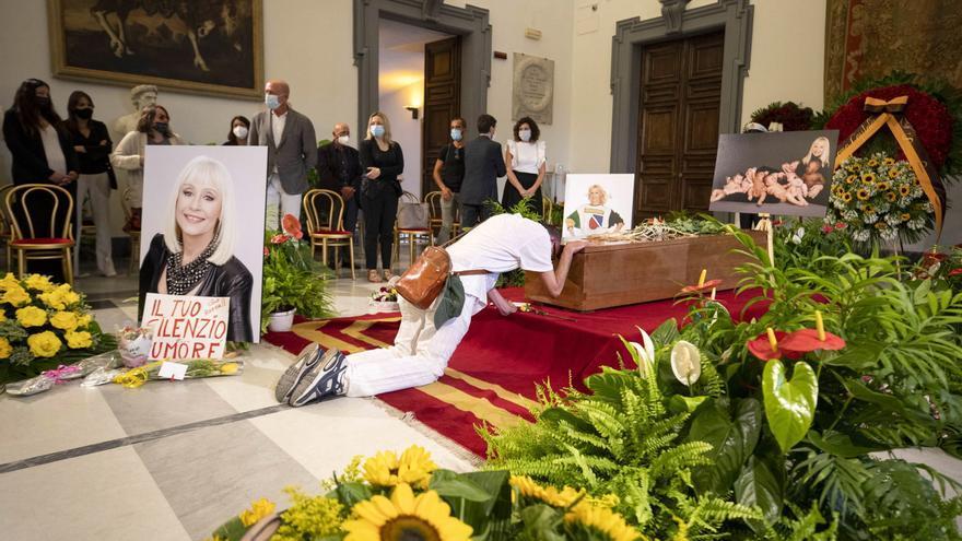 Emotiva despedida a Raffaella Carrà en Roma