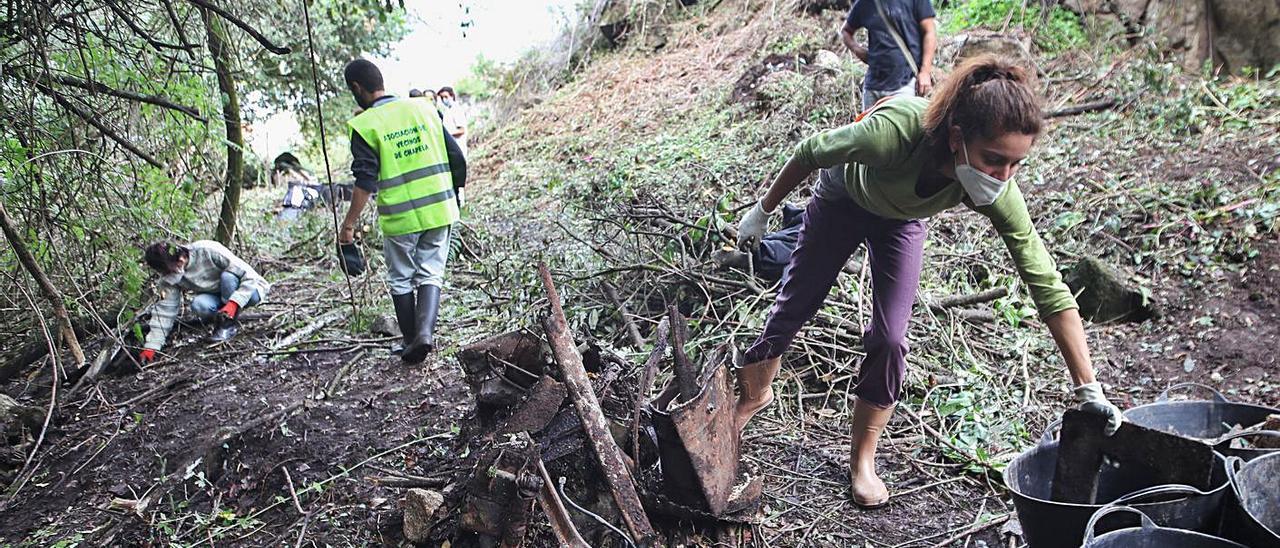 Voluntarios de Chapela en una de las limpiezas que realizaron por el entorno del río Maceiras. |   // R. GROBAS