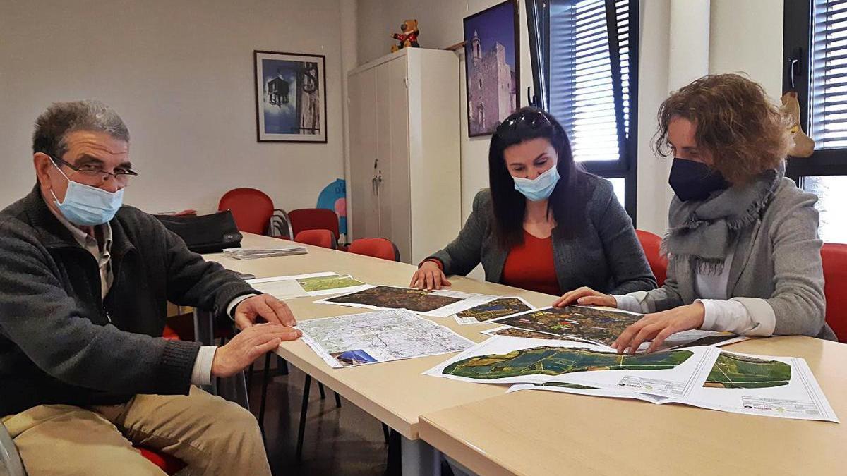 Jaume Homs, Anna Torrentà i Anna Palet amb els documents del projecte