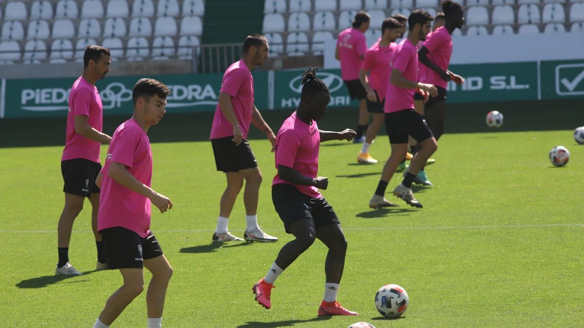 Moussa Sidibé, ya con el grupo, en el entrenamiento de este jueves del Córdoba CF, en El Arcángel.