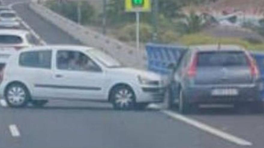 Conducción temeraria en Canarias: Un hombre provoca un accidente tras frenar en seco su coche en la carretera