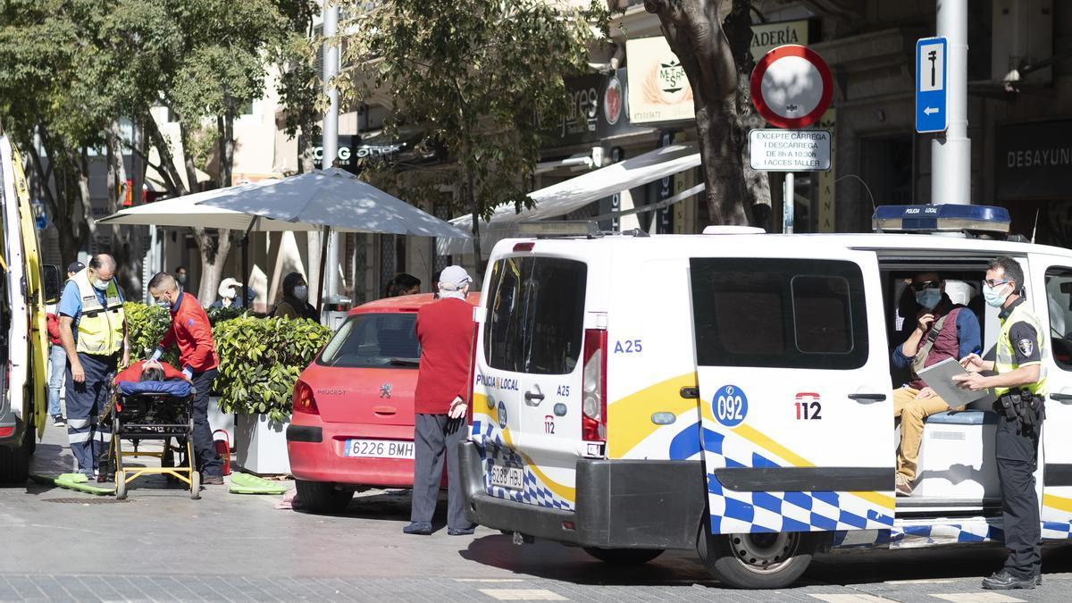 El detenido, en el interior del vehículo de la Policía, mientras trasladan a una de las víctimas. / Xisco Alario