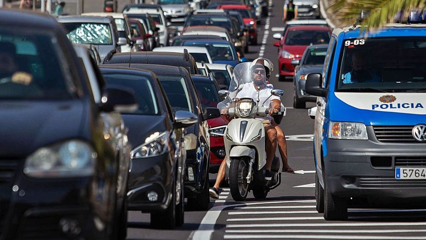La capital planea que el carril cerrado de Las Teresitas acoja coches y peatones