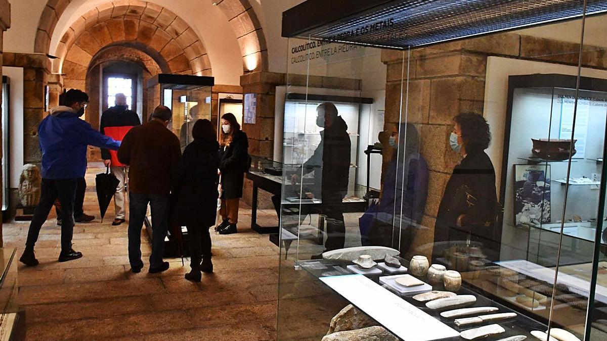 Visita guiada al castillo de San Antón. A la derecha, exposición de Adriana Zehbrauskas y el concierto de EntrElas.    // VÍCTOR ECHAVE