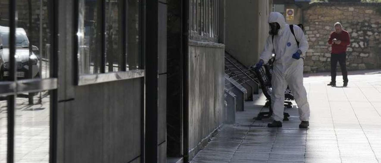 Personal de limpieza desinfectando hace semanas los alrededores de la residencia Santa Teresa de Oviedo.