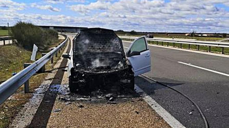 Los bomberos de Toro extinguen un incendio que calcinó un vehículo en la A-11