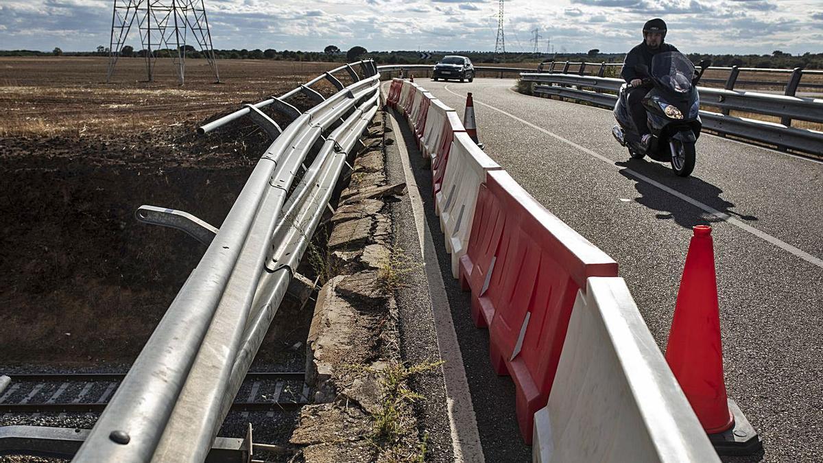 Estado en el que quedó el puente tras la colisión con el todoterreno.