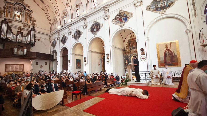 Ordenación sacerdotal de Fernando Jesús Bayón en la Catedral de Ibiza.