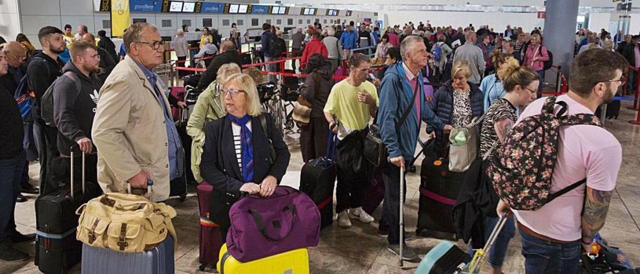 Miles de turistas camino de sus aviones esta semana en El Altet.