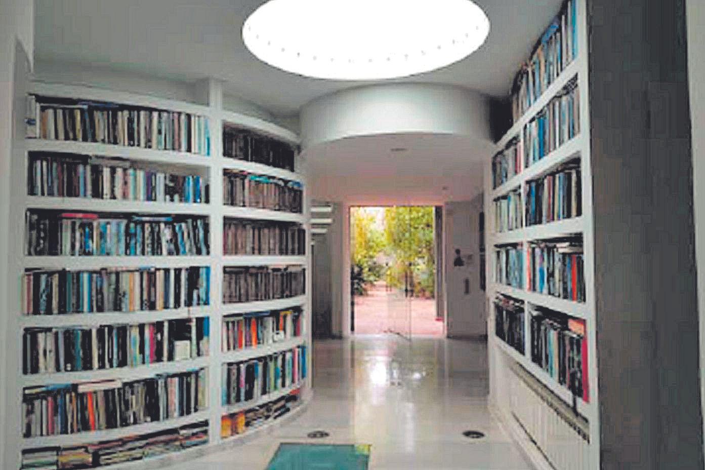 Librería en la entrada del chalé