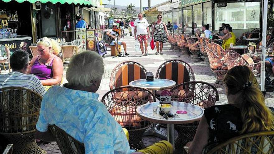 Canarias recupera en agosto la mitad de los turistas de antes de la pandemia