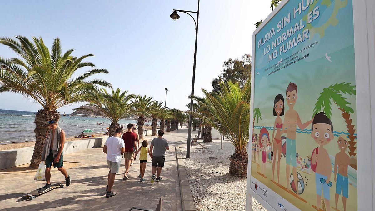 Las playas de Mazarrón ya lucen la cartelería que las identifica como zonas sin humo.  L.O.