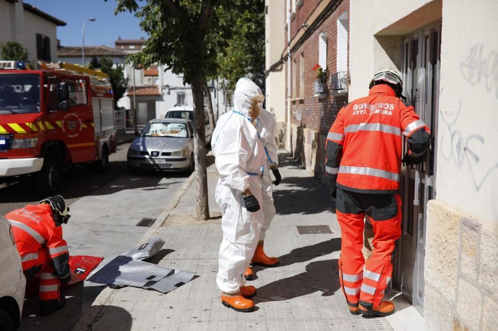 Aparatosa preparación para una rápida intervención de los bomberos ante la caída de una señora en su casa de Los Bloques