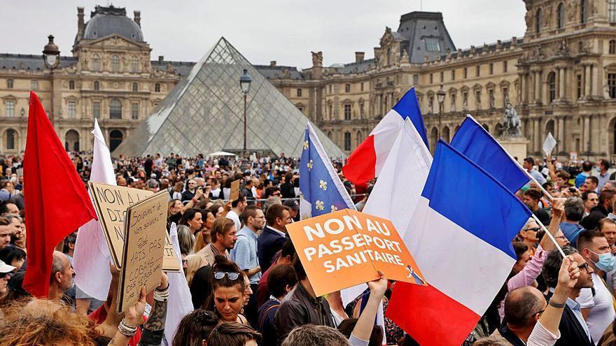 Las restricciones en Francia despiertan la cólera de los colectivos antivacunas