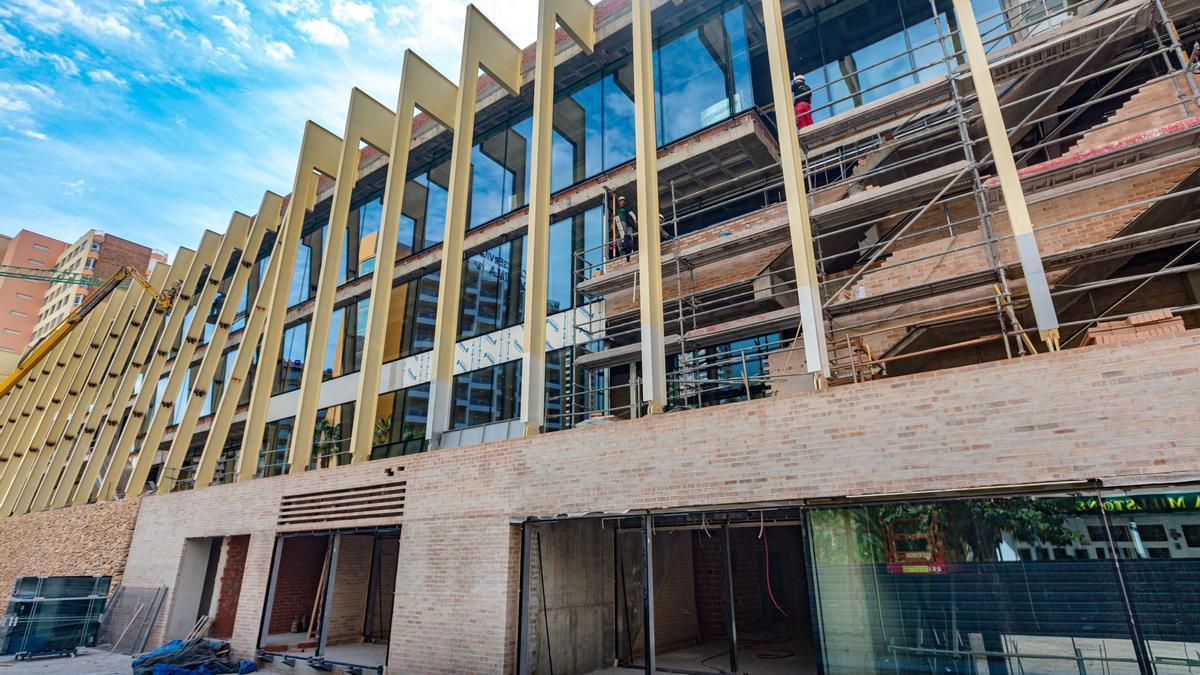 Una de las fachadas prácticamente terminadas del Centro Cultural de Benidorm.