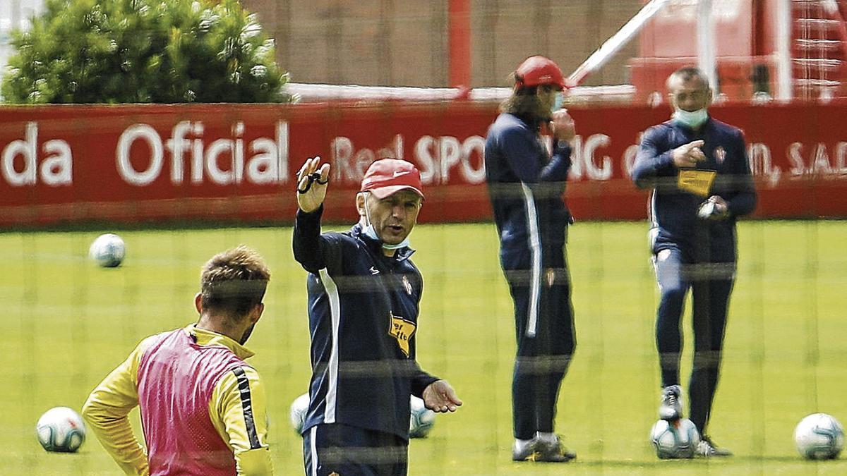 Djukic da instrucciones a Aitor García durante el entrenamiento de ayer.
