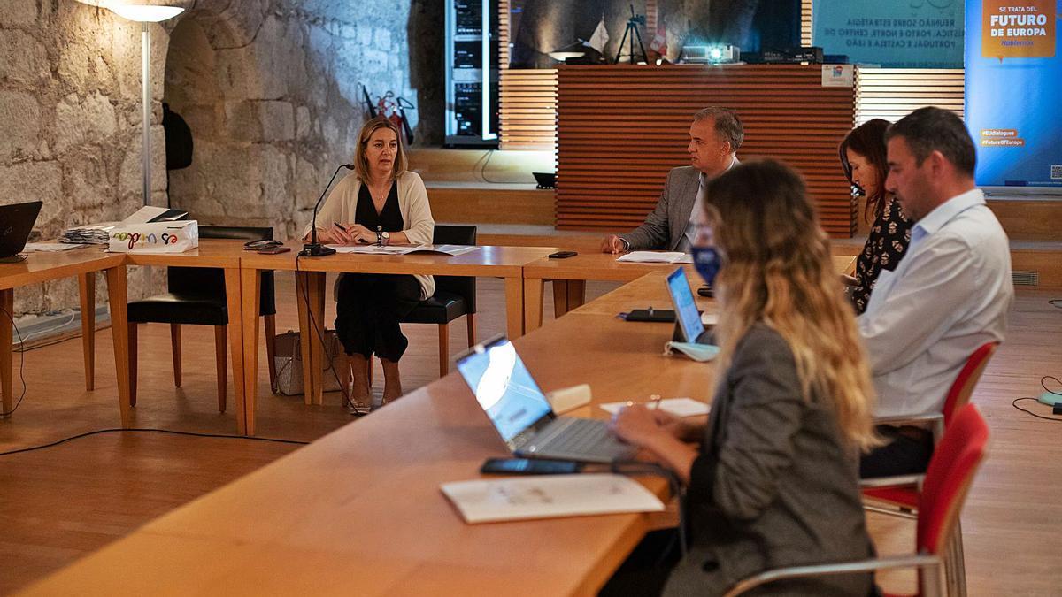 Los responsables de Castilla y León y Portugal, durante la reunión mantenida en la Fundación Rei Afonso Henriques.  