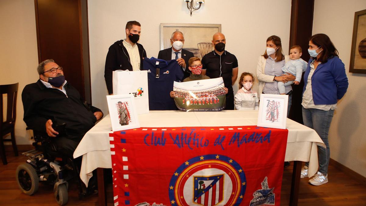 Pablo, en el centro, con su familia y Fernando Zambrano y José María Movilla.