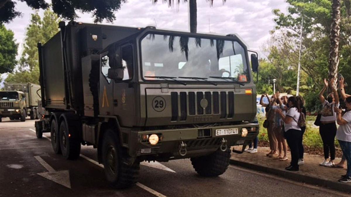 Vecinos de Estepona aplauden a los efectivos de la Unidad Militar de Emergencia que abandonan el municipio