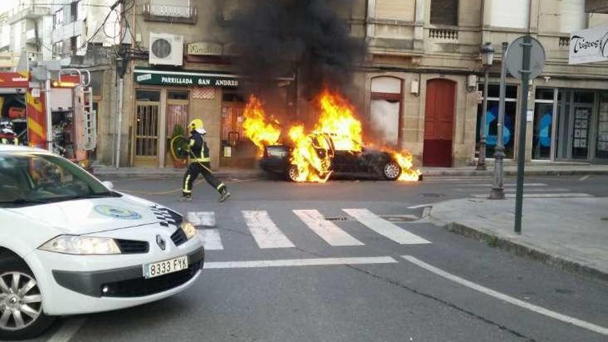 Un posible cortocircuito quema totalmente un coche y daña las cristaleras de dos locales