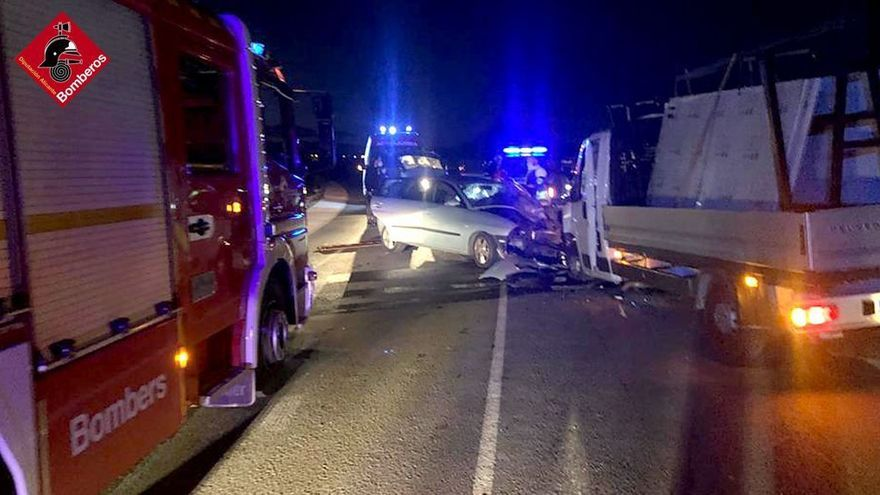 Una mujer resulta herida al colisionar su turismo contra un camión en Monforte