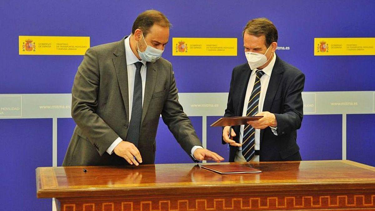 José Luis Ábalos y Abel Caballero, ayer en la firma del acuerdo en Madrid.