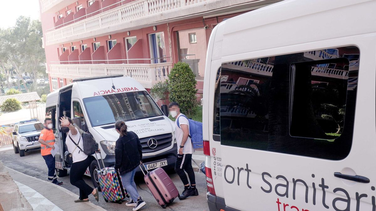 Estudiantes afectados por el macrobrote en Mallorca durante su traslado al hotel puente.