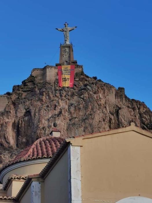 Simpatizantes de Vox cuelgan una pancarta en el Cristo de Monteagudo