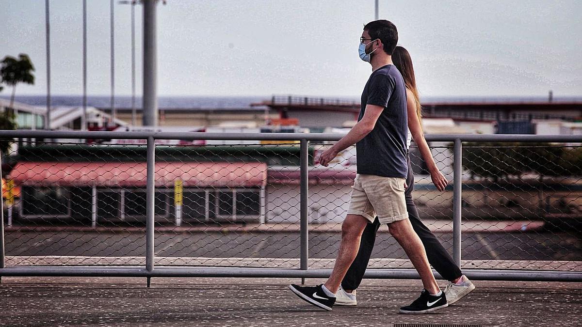 Una pareja pasea por la zona portuaria de Santa Cruz de Tenerife. | | MARÍA PISACA