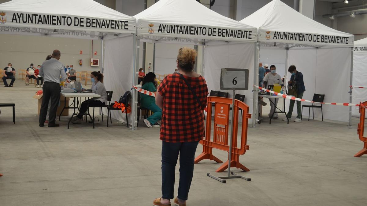 Vacunación a gran escala en el Centro de Negocios de Benavente. / E. P.