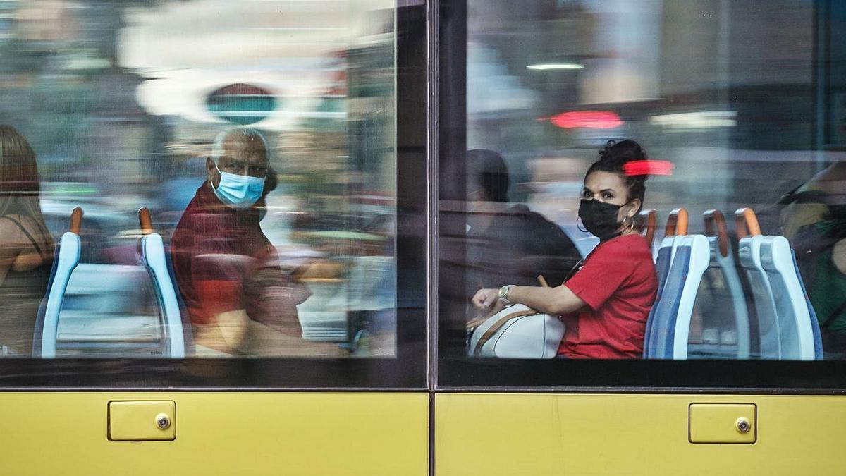 Una persona de avanzada edad y una joven comparten tranvía.