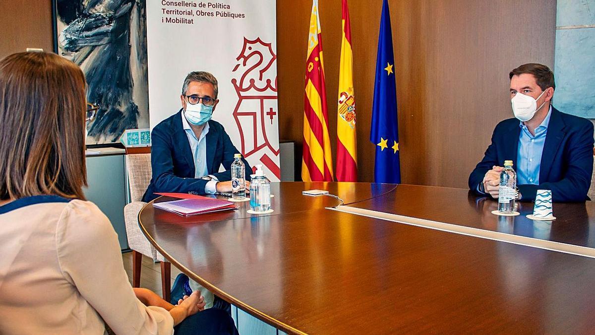 El conseller Arcadi España y la directora general Roser Obrer, junto a Antonio Esparza, ayer.