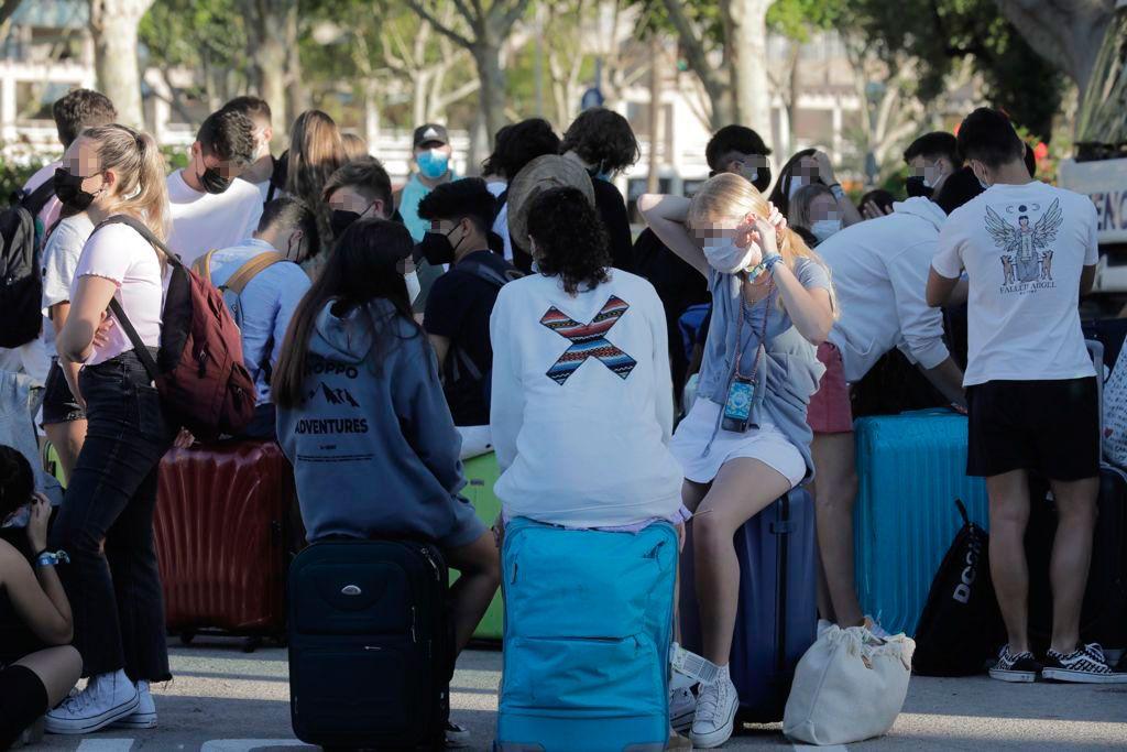 La estudiantes, hasta ahora confinados, en el Puerto de Palma para salir hacia la península