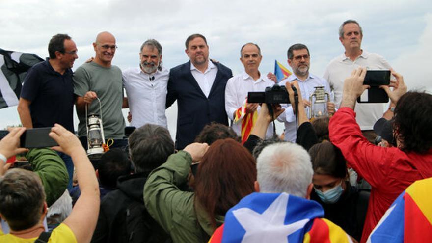 Els set líders independentistes a l'escenari, a les portes de Lledoners.JPG