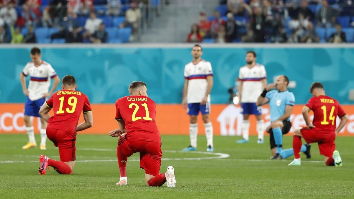 Los jugadores de Bélgica, arrodillados ante la mirada de los futbolistas rusos.