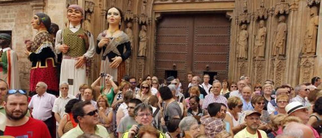 La figura de la moma, la más esperada de la Cabalgata del Convite, está representada por un hombre, que además ha de tener el traje en propiedad.
