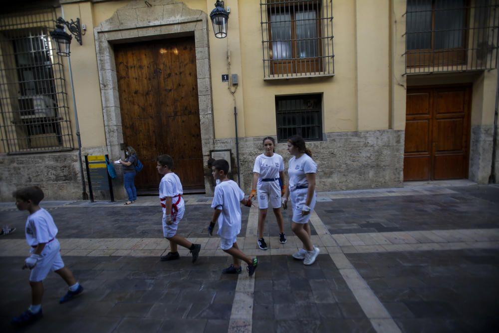 Las fallas infantiles recuperan la pilota valenciana en la calle del ayuntamiento