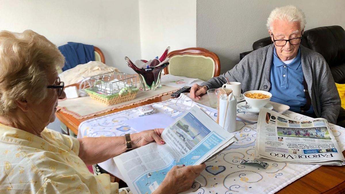 Ana y Fidel leyendo el Faro de Vigo durante el desayuno.