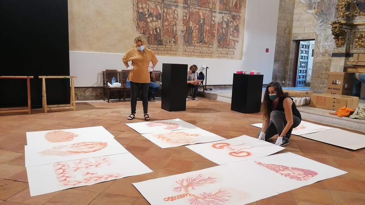 Susana Guerrero ordena una colección de dibujos que expondrá en San Sebastián en colaboración con Vila