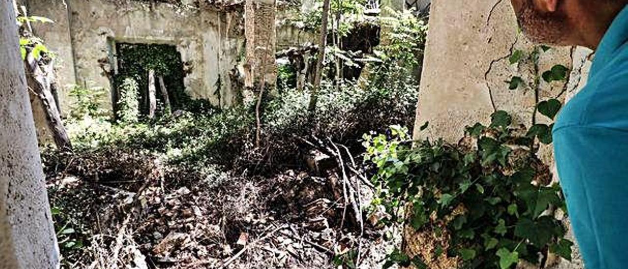 El incendio de matorrales y chopos registrado el pasado sábado terminó afectando a la fábrica de La Figuera, en la parte baja del Molinar.
