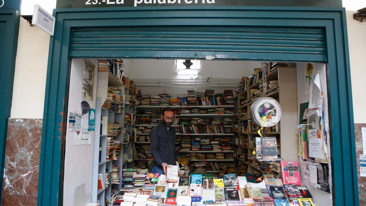Miguel Marzo, al frente de la librería de segunda mano La Palabrería en Córdoba