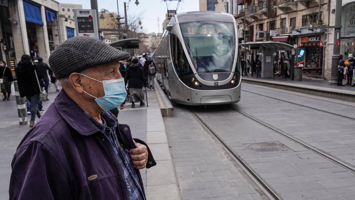 Ciudadanos con mascarilla en el centro de Jerusalén.