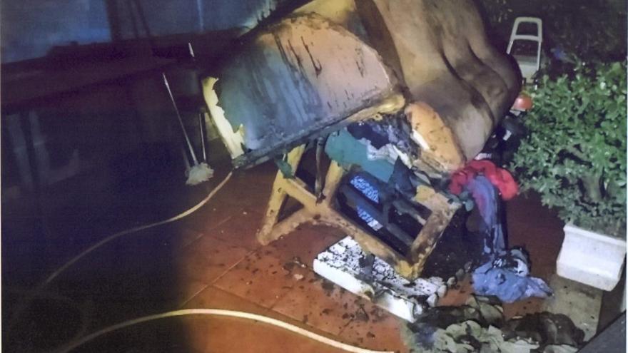 Un incendio calcina el salón de una vivienda en Moaña