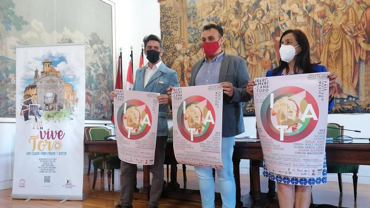 Del Campo, Del Bien (centro) y Ángeles Medina presentan el cartel promocional de la muestra