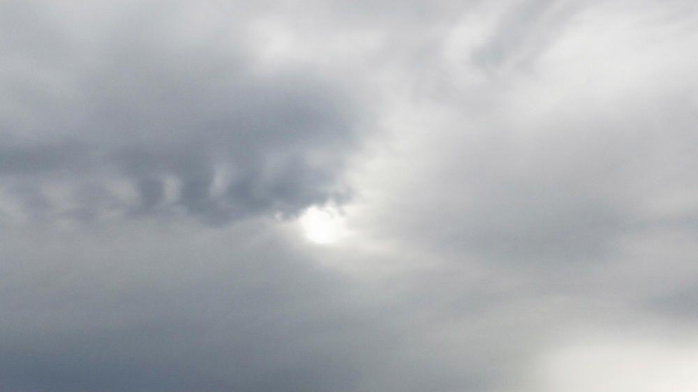 El sol amagat entre núvols.