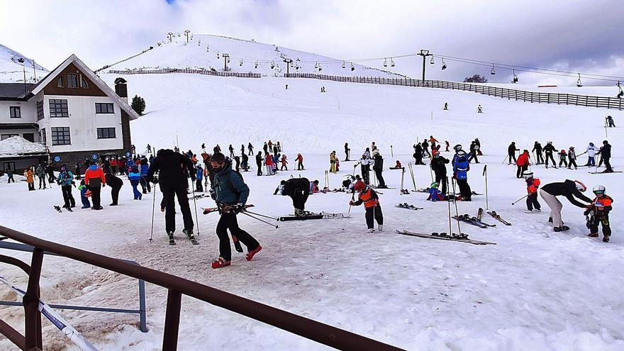 Los abonos anuales cubren el 90% de los 1.200 esquiadores permitidos en Pajares