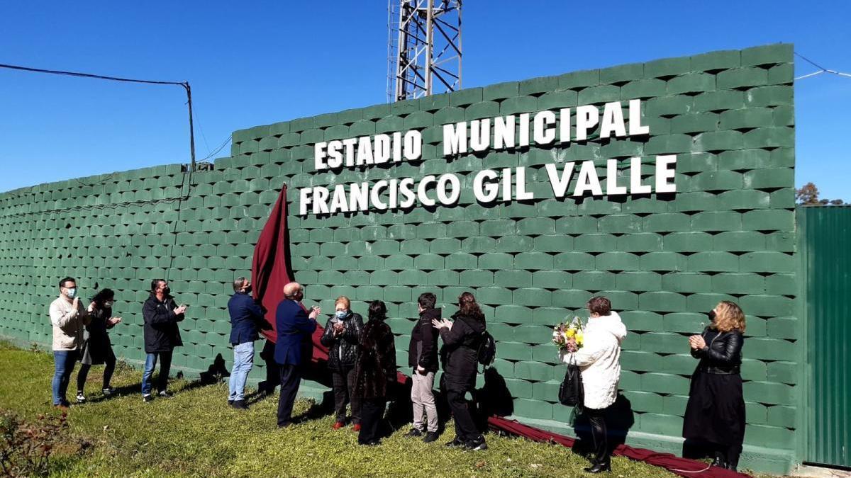 El estadio de fútbol municipal ya lleva el nombre de Paco Gil
